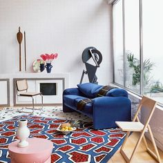 David Hockney inspired editorial shot by Philippe Jarrigeon for AD France. Featuring a Cassina Maralunga sofa and Knoll Cesca chair. Beautiful Houses Interior, Beautiful Interiors, Living Room Sofa, Dining Room Chairs, Knoll Chairs, Nathalie Du Pasquier, California, Fashion Room, Decoration