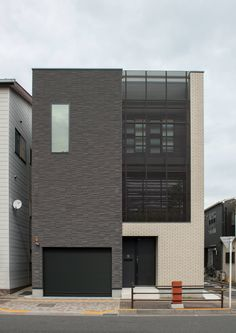 CASE585 いしのいえ House Outer Design, House Front Design, Modern House Design, Architecture Building Design, Facade Design, Contemporary Architecture, Philippines House Design, Narrow House Designs, Townhouse Designs