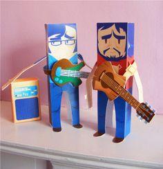 Flight of the Conchords est un duo de musiciens et humoristes néo-zélandais, ainsi que le nom des séries (radio, puis télévisée) éponymes… Flight of the Conchords est également le nom de leur premier album studio. L'anglais Morgan Gleave, grand fanLire la suiteFlight of the Conchords Papertoys