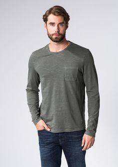 Die Pigment Garment Dyed gefärbte Slubyarn-Qualität bringt eine leicht unregelmäßige Struktur in das Material des leichten Langarm-Shirts. Reine 100%-ige Baumwolle und die aufgesetzte Brusttasche kreieren einen legeren und unkomplizierten Style....