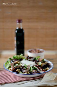 Ensalada templada con cebolla caramelizada con fresa, jamón de pato, nueces y queso de cabra. Warm salad with caramelized onions with strawberry, duck ham, walnuts and goat cheese