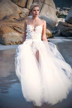 EMANUEL HENDRIK | Body: Hotness LZ - Tüllschleppe | Model: Scarlett Gartmann | Fotograf: René Pferner | Hochzeitskleid / Wedding Dress - Hochzeit / Wedding - Düsseldorf & München / Duesseldorf & Munich - Handgefertigt / Handmade - Kapstadt / Cape Town - Strand / Beach - Body - Tüllrock - Spitze