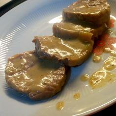 L' arrosto con salsa di mele e curry oltre ad essere delizioso ed innovativo è un' ottimo secondo piatto da preparare per una cena con gli amici!