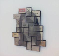 La instalación 'L'Espagnol' de Luis Marco está basada en la idea de trabajar con objetos encontrados y el reciclaje conceptual en el que hay un intento de poner orden en los fragmentos, aunque no sea el natural de intentar recomponer lo destruido. En este caso son fotografías impresas en acetato transparente y superpuestas a cintas de cassette creando diversos grados de transparencia que permita la visión de conjunto tanto de la imagen como de las cassettes.