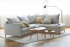 Pohjanmaan Chic 2,5h-sohva + avokulma ja Diva-sohvapöydät. Home And Living, Home Living Room, Furniture, Sofa, Table, Home, Sofa Tables, Coffee Table, Home Decor