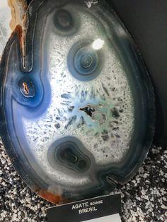 Quelle forme originale pour une agate. Elles se forment principalement dans des trous créer par la lave et à de fortes températures.