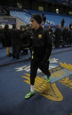 Neymar pasea por el Eithad Stadium