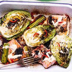 Laxa till det mitt i veckan med en smakrik allt i ett-rätt baserad på laxfilé, spetskål och purjolök. Det som sedan gör rätten så magisk är smaksättningen med japansk soja, sesamfrö och lime, dels en het chilimajonnäs med ännu mer lime. Superfräscht! Raw Food Recipes, Low Carb Recipes, Healthy Recipes, Swedish Recipes, Kimchi, Food For Thought, Food To Make, Seafood, Cabbage