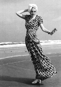 An eye-catching, boldly patterned beachwear look from Vogue Photo Toni Frissell. Vogue Vintage, Glamour Vintage, Vintage Beauty, Foto Fashion, 1930s Fashion, Fashion History, Vintage Fashion, Beach Fashion, Fashion Shoot