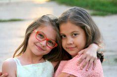 フリー写真, 人物, 子供, 女の子, 外国の女の子, ポートレイト, 二人, 友達, 眼鏡(メガネ), ルーマニア人,