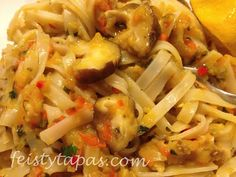 Rice noodles stir-fried in the thermomix with onion, red pepper, garlic... Tallarines chinos thermomix, setas