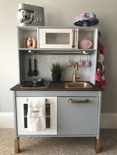 Ikea hacks: the 10 most beautiful children's kitchens. - Ikea hacks: the 10 most beautiful children's kitchens. We have (almost) all of them at home: t - Ikea Childrens Kitchen, Ikea Kids Kitchen, Diy Play Kitchen, Kitchen Sets, Kitchen Hacks, Ikea Toddler Room, Toddler Play Kitchen, Toddler Play Area, Kitchen Island