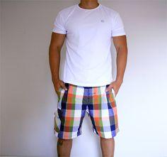 Básico e confortável - a cara do verão! -- Camiseta masculina básica branca R$ 32,78+ shorts xadrez R$ 63,80