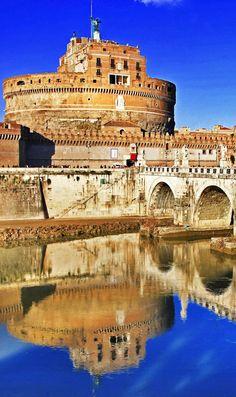 Hermosa vista con el Castillo de Sant'Angelo. Roma, Italia