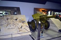 Museo Panorámico. Planos de la batalla, junto a una pieza de artillería M-30 rusa. Este cañòn de 122 mm fué desarrollado en  1938 y estuvo en producciòn hasta 1955 y ha participado en casi todos los conflictos del siglo XX desde la década de los 40, siguiendo en activo en algunos paises. En Stalingrado fué usado como apoyo divisionario para la infanteria de forma masiva. Equipó vehículos acorazados como el Su-122**