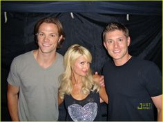 How have I never seen this picture of Jared, Jensen, and Paris Hilton before? Supernatural Bloopers, Supernatural Tumblr, Supernatural Tattoo, Supernatural Imagines, Supernatural Wallpaper, Supernatural Seasons, Supernatural Bunker, Jared And Jensen, Jensen Ackles
