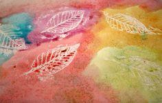 Wrijf met witte wasco over papier waar bladeren onder liggen. Daarna met ecoline of waterverf over schilderen