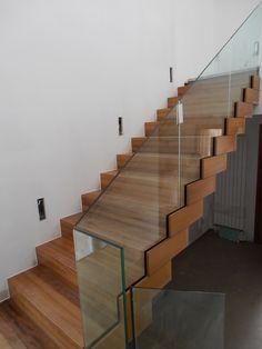Estado en obra: La escalera está elaborada en madera y constituye la pieza central de distribución vertical en la vivienda. El panel de vidrio transparente hace que la pieza sea un elemento de gran potencia dentro de la vivienda.
