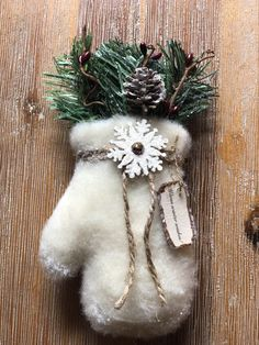 Primitive Winter Wonders Mitten Ornie or Bowl Filler or Doorknob Hanger Christmas Bowl, Prim Christmas, Diy Christmas Ornaments, Country Christmas, Christmas Stockings, Christmas Decorations, Handmade Christmas, Christmas Trees, Patchwork Navidad