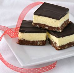 Nanaimo Bars are named after the Canadian west coast city of Nanaimo, British Columbia. It consists of a wafer crumb-based layer topped with vanilla or custard flavored butter icing and chocolate. It requires no baking. Cookie Desserts, No Bake Desserts, Just Desserts, Cookie Recipes, Delicious Desserts, Dessert Recipes, Bar Recipes, Yummy Recipes, Christmas Desserts