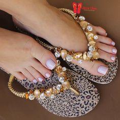 ในภาพอาจจะมี หนึ่งคนขึ้นไป Sexy Nails, Sexy Toes, Pretty Hands, Pretty Toes, Nails Polish, Toe Nails, Gorgeous Feet, Beautiful Legs, Flip Flop Craft