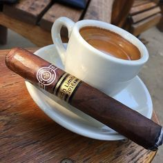 Good Cigars, Cigars And Whiskey, Cuban Cigars, Scotch Whiskey, Smoke Hair, Coffee Cup Art, Cigar Art, Abercrombie Men, Cigar Accessories
