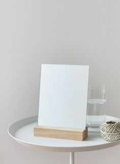 Simple and easy. The make-up mirror can be aligned vertically and horizontally and impresses with its minimalistic purism.