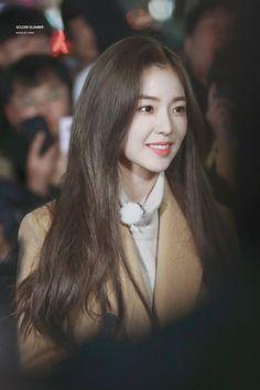 Irene-Redvelvet 181120 KBS Entertainment Weekly Guerilla Date Filming Seulgi, Rapper, Velvet Hair, Red Velvet Irene, Velvet Fashion, Girl Inspiration, Soyeon, Beautiful Gorgeous, Kpop