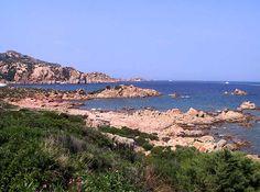 Splendida spiaggia nel cuore della Costa Smeralda, sabbia bianchissima composta di piccoli ciottoli, mare cristallino con meravigliosi colori tra il verde smeraldo e il turchese e fondale basso e sabbioso. Si evidenzia la presenza di qualche roccia granitica bianchissima, in acqua e sulla spiaggia, che dona bellezza alla baia. Completamente immersa nella natura, vede la macchia mediterranea avvolgere il mare e la sabbia di un verde incantevole che crea uno splendido contrasto con la…