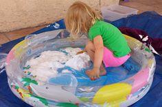 Копания для водных шариков. Пена для бриться и мелкие водные (гелевые) шарики.