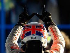 観衆に向かって勝利のサインを送るジェンソン・バトン(オーストラリアGP/メルボルン、2012年3月18日) ©Getty Images