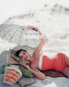 Vogue beach shot, retro, one piece swimsuit, umbrella - i want this bathing suit Vogue Vintage, Moda Vintage, Vintage Stil, Looks Vintage, Retro Vintage, Pin Up Retro, Look Retro, Retro Style, Vintage Beauty