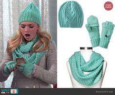 Emma's turquoise gloves, scarf and beanie on Jessie.  Outfit Details: http://wornontv.net/47780/ #Jessie