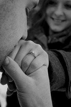 y al besar la mano de la amada.. ella dibuja una sonrisa, desprendiendo una Luz de Felicidad en sus ojos... tantas distancias... tantas angustias,  una existencia juntos por fin anhelada. En el Alma se siente un alivio y vuelta su mejor sonrisa asoma iluminando su rostro. - 10713 -