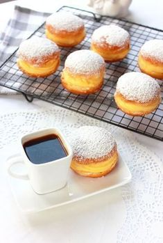 Berlin ball Ingredients for about 20 donuts: cm in diameter) of flour 1 sachet of baker's yeast of warm milk 1 pinch of salt 1 medium egg 3 heaped tablespoons of sugar of butter Delicious Desserts, Dessert Recipes, Yummy Food, Farine T45, French Pastries, Beignets, Love Food, Sweet Recipes, Bakery