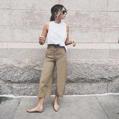 """Pin for Later: Diese Looks solltet ihr probieren, falls ihr mal wieder """"nichts zum Anziehen"""" habt Ein weißes Top, khaki-farbene Hosen und beige Schuhe"""