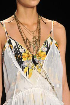 Rebecca Minkoff SS 2014 (me gusta este efecto en pasarela de varios collares juntos...)