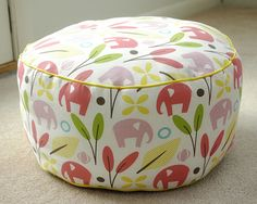 Sewing For Beginners Learning Tutorial: 1 yard pouf chair. These would be fun to make for sewing club and perfect for the play room. Sewing Hacks, Sewing Tutorials, Sewing Patterns, Sewing Ideas, Diy Projects To Try, Craft Projects, Sewing Projects, Fabric Crafts, Sewing Crafts