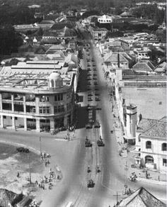 Konvoi pasukan sekutu & KNIL, Tunjungan Surabaya, 1948 Old Pictures, Old Photos, Indonesian Independence, City Of Heroes, Dutch East Indies, Colonial Architecture, Old City, Surabaya, Archipelago