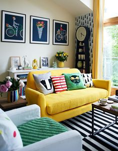 Yellow living room sofa 10 mustard yellow couch ideas for your mustard yellow sofa interior Home Living Room, Living Spaces, Apartment Living, Wall Clock In Living Room, Living Area, French Apartment, Cozy Apartment, Yellow Couch, Brown Couch
