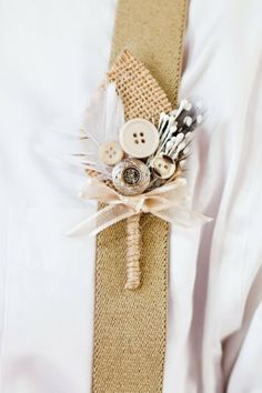 25 Rustic Boutonniere Ideas - Check out these 25 Rustic Boutonniere Ideas for your rustic chic wedding! Love the buttons. Diy Wedding, Rustic Wedding, Dream Wedding, Wedding Day, Burlap Boutonniere, Boutonnieres, Feather Boutonniere, Wedding Boutonniere, Wedding Bouquets