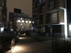 Svítící sklolaminátové koule v bytovém komplexu Samos, Bratislava