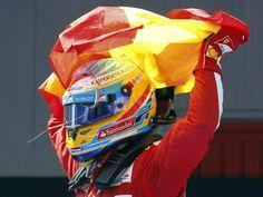 Kaum über die Ziellinie gefahren, bekam Fernando Alonso auch schon eine spanische Fahne in die Hand gedrückt. So hatte der Spanier beim Aussteigen nach dem Sieg beim Heim-Grandprix gleich was zum Jubeln in der Hand. (Foto: Andreu Dalmau/dpa)