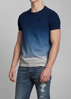 Esta camiseta azul y gris es interesante. Los colores en la camiseta son interesante porque los colores son differente que otra colores en otra camisetas. Es perfecta para caminar o jugar deportistas. Esta camiseta es informal. La camiseta es mejor que camisetas con un color.