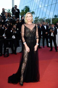 vestido largo fiesta en negro - Charlize Theron de Christian Dior y zapatos de Jimmy Choo en festival Cannes 2017
