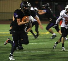 Julio Lara/Daily Journal Staff Dylan Anderson takes off as part of an 81-yard touchdown run in Sequoia's 28-6 win over Half Moon Bay.