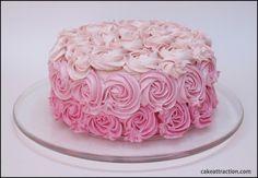 Tarta de Vainilla y Frambuesa Sin gluten. Una tarta jugosa, muy rica y con una decoración espectacular con la boquilla 1M de Wilton, unas rosas muy bonitas.