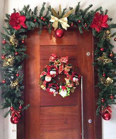 Christmas Window Boxes, Christmas Planters, Christmas Front Doors, Christmas Porch, Outdoor Christmas, Christmas Projects, Christmas Wreaths, Classic Christmas Decorations, Christmas Centerpieces