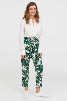 H M · Blanco Estampado. Pantalón de tela con cintura paper bag. Modelo de  talle alto 6403c7b3f9c