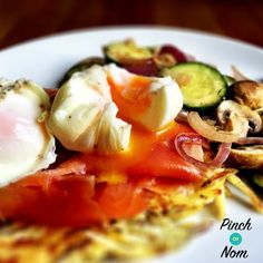 We're big fans of smoked salmon and poached eggs. These Syn Free Smoked Salmon, Potato Rösti and Poached Eggs are perfect Slimming World brunch! Healthy Cooking, Healthy Snacks, Healthy Eating, Healthy Recipes, Poached Eggs On Toast, Salmon Potato, Recipes From Heaven, World Recipes, Recipes
